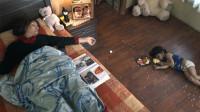 妈妈服药自杀后,3岁的女儿以为睡着了,在尸体旁呆了一天