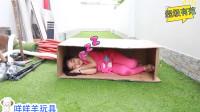 奇怪,萌娃小萝莉怎么躲在箱子里睡觉?可是爸爸如何帮大忙?