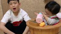 爆笑熊孩子:你就让你洗个纸尿裤至于那么难过嘛?