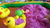 儿童亲子游戏,小黄鸭和佩琪一起玩球,真好玩