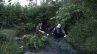 小莫下游布置捕鱼陷阱,谁料美女在上游放拦河大网,结果被气走了