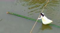 贵州女孩表演水上漂,靠一根竹子在水面行走,网友:这是高手!