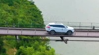 这才是真正的老司机,开着越野车走吊桥还敢加速,佩服!