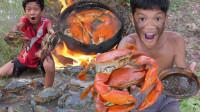 弟弟野外烹饪大螃蟹,竟全被摇头哥偷吃,真的太欠揍了!