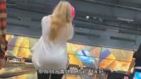 视频速报:美女小姐姐打保龄球,扔出去的那一刻,差点没给笑抽筋了!-www.nbitc.com,慧之家