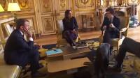 法国总统马克龙在接待客人时,他的狗居然当面小便,这场面着实尴尬