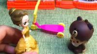 小宝宝玩滑板车有点害怕,白雪给他鼓励加油,白雪和贝儿谁的方法好呢?