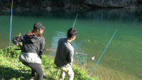 美女约小莫钓鱼,第一次钓上劲儿这么猛的河鱼,两人联手才抄上岸