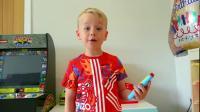 小男孩趁妈妈不在家,偷偷的一个人在家玩游戏机!
