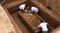 麦田里炸出夫妻合葬墓,专家挖掘5天后惊慌失色:快请故宫的专家