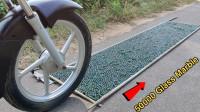 摩托车对抗1万颗玻璃弹珠,一脚油门下去,酸爽才刚刚开始!
