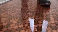 土豪用5万枚硬币铺地板,如今10年过去了,地板变成啥样子了?