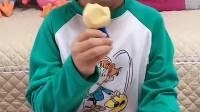 趣味童年:小宝贝 你吃的什么零食呀