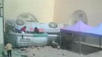 监控曝光!甘肃载30人大巴坠入农家院:有乘客从车窗里逃生