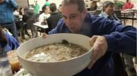 日本反常的面馆,小碗面卖5元大碗面卖1元,但从来不亏本!