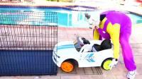 萌娃小可爱的汽车被淘气的山羊给锁进了笼子里,萌娃:宝宝使出了吃奶的力气也打不开呀!