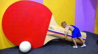 好大的球拍呀!萌娃:一起来打乒乓球吧!