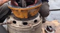 维修工为了不让司机师傅耽误太长时间,他用最快的方法修理