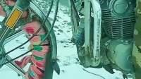 汽车的防滑链都弱爆了,雪地里看见这辆摩托,我真长见识了