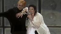 迈克尔杰克逊演唱会上的伴舞,这个像徐锦江的人是真的徐锦江吗