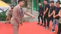 这个店长每天都要求员工和他跳一段这样的舞