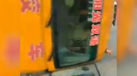 1人受伤!广东一幼儿园校车被SUV撞翻,幼童受惊哭声一片