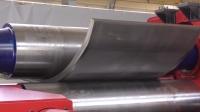 这台机械太厉害,那么厚的钢板直接卷成弧形,大力出奇迹
