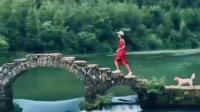 一人,一古桥,一小狗