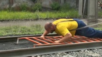 最牛的大力士,徒手能拉动500吨火车!
