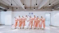 澜周奕彤老师古典舞《弯弯的月亮》,像是仙女在起舞,太漂亮了!