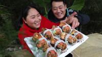 农村生活欢乐多,8只大闸蟹蒸1锅,俩口子边吃边聊,看饿了