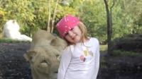 小女孩正拍照,突然狮子出现在身后,狮子表情一言难尽!