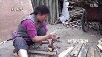 【拍客】环保与节约:乡村女工地拾废木方拨钉包边再利用制门框!