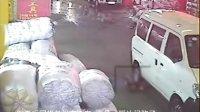 [拍客]女童被撞18名路人漠视(续)肇事逃逸司机打来电话称不会自首