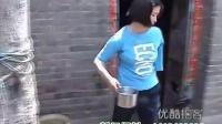 坚强15岁独臂女孩撑起一个家