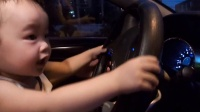 熊孩子跟爸爸抢汽车