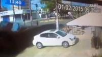 监控实拍:卧槽!醉驾飞车 白车被撞惨了...