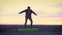 悬浮滑板改变人类出行 儿子直播跳伞惊呆爸妈