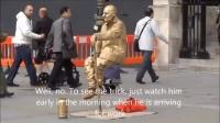 [揭密]街头艺人用一根拐杖就能悬空_(你不曾看过的前期工作大公开!)