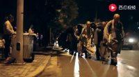 大悲寺苦行僧在夜色中前行,送水的人说他们看着就是真和尚