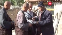 大悲寺僧众乞食遇贫穷老汉,不顾自己将作为午饭的馒头片施给僧人
