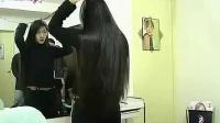 靓女们梳洗剪她们的长发-_标清