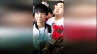 tfboys王俊凯抵韩国引粉丝疯狂 阿姨们狂塞礼物