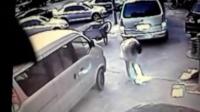 [拍客]街头女子不慎引燃沼气被炸飞全程