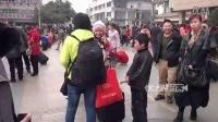 """【拍客】2012春运:小男孩火车站缠乘客要钱 安保人员""""飞踹""""撵走!"""