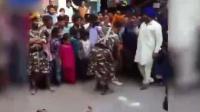 印度阿三街头现杂耍碎大石 场面动人心魄 161129