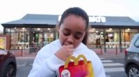 女童大胆自行开玩具车上街 只为了去吃麦当劳 161130