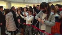 杨丞琳上海签售人气爆棚 认真握手签名亲和力十足161218