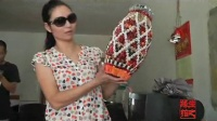 【拍客】老婆婆捡3000多丢弃烟盒折美丽工艺品 环保花瓶惹人爱