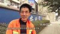 【拍客】66岁残疾环卫工拄拐扫大街 感动路人!!